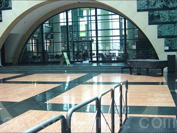 和钢琴对应的地方是通到大厅(池子)的残疾人走的斜坡。 (李文笛/大纪元)