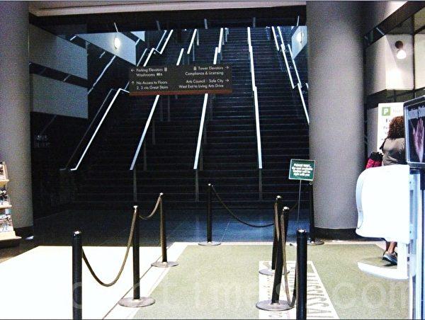 市政府大楼里的停车收费处,右下方是供消毒洗手的装置。正对的楼梯就是通到四楼民众专用大厅的台阶,有79个。 (李文笛/大纪元)