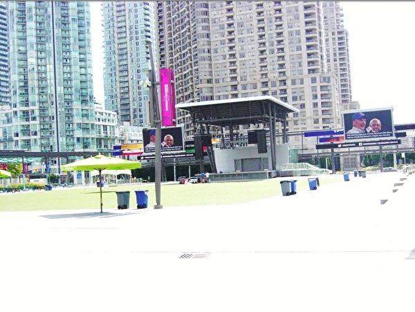 喷泉的南边是市府广场的主体,摆有许多供民众享用的遮阳伞和连桌椅。广场的中间有个舞台。舞台的两边有大型屏幕放映相关录像。(李文笛/大纪元)