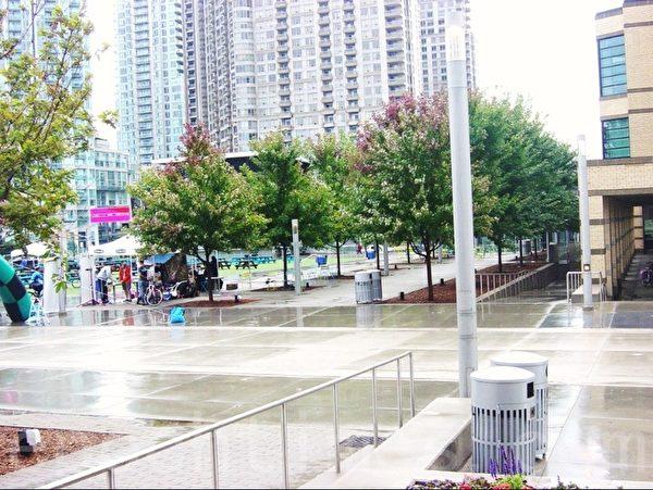 从喷泉的右面到图书馆的残疾人行斜道。 (李文笛/大纪元)