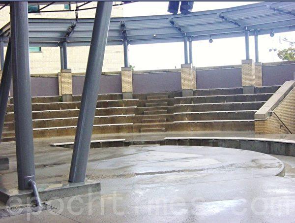 喷泉左边的露天音乐厅。 (李文笛/大纪元)