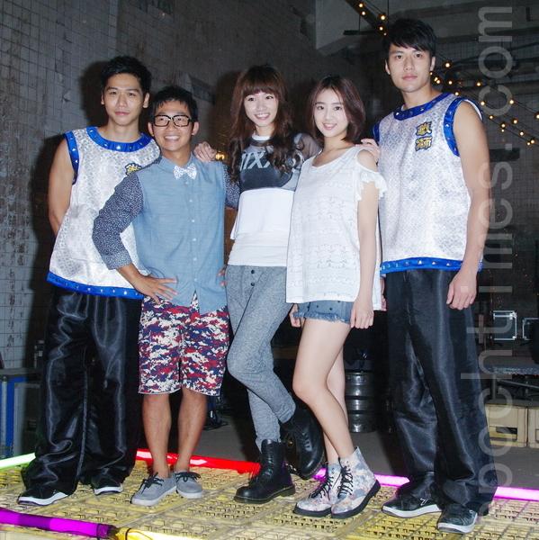 《铁狮玉玲珑2》于9月22日在台北拍片现场接受媒体探访。图为蔡旻佑(左)、蔡昌宪、李千娜、晖倪、张睿家。(黄宗茂/大纪元)