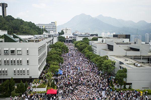 香港专上学生联会9月22日下午正式启动为期5天的罢课行动。数千名抗议的群众挤爆中文大学的百万大道。(AFP PHOTO / XAUME OLLEROS)