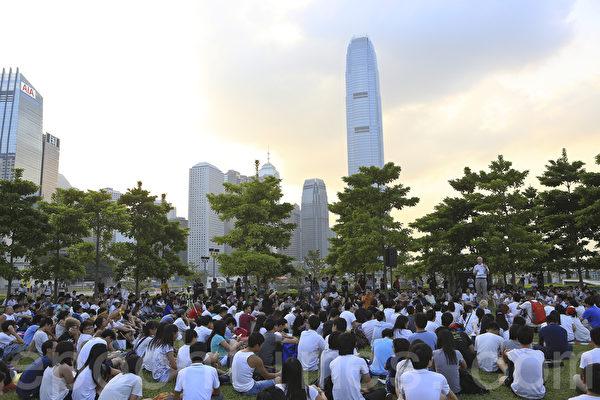 学联罢课进入第二日,学生在政府总部草地举行公民讲堂,实行罢课不罢学,著名学者成名给学生上课。(余钢/大纪元)