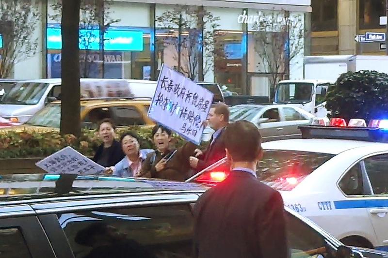 张高丽的车遭遇访民的抗议(访民提供)