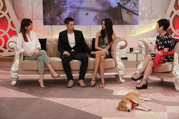 林嘉绮(右2)与老公Michael黄书麟节目上大放闪光,分享婚后幸福生活。(中天提供)