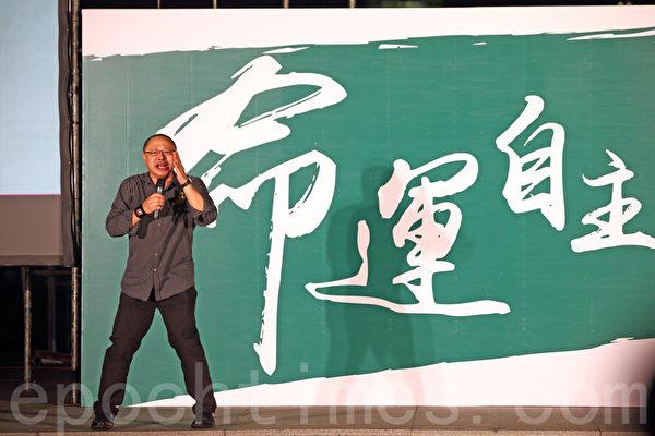 """香港大专生罢课9月24日进入第三天,大批学生和市民当晚继续在政府总部旁的添马公园集会,和平占中发起人之一戴耀廷相约市民在10月1日""""和平占中""""。(潘在殊/大纪元)"""