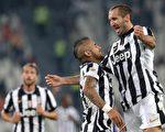 尤文图斯在主场3-0完胜切塞纳。图为球员庆祝胜利。(MARCO BERTORELLO/AFP/Getty Images)