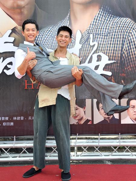 楊子儀與Junior這回在劇中再度扮情敵。圖為楊子儀抱起Junior。(台視提供)