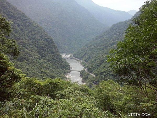 立雾溪流淌在群山中。(新唐人)
