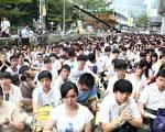 据路透社报导,上千中学生们开展了一天的罢课活动,加入了一万三千大学生抗议的洪流。(蔡雯文/大纪元)