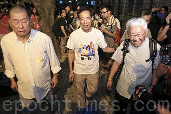 陈日君、李柱民和黎智英夜晚也来到政府总部,声援学生罢课和占中。(余钢/大纪元)