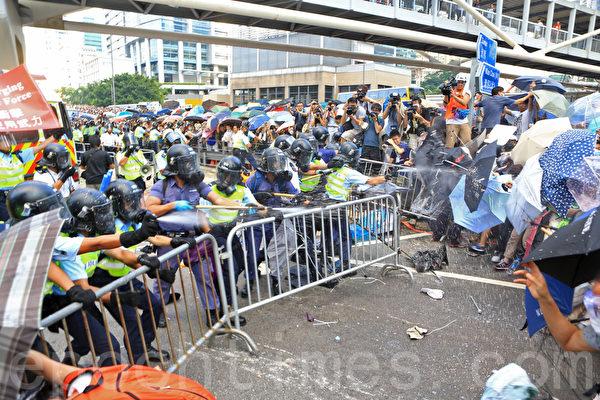 2014年9月28日,香港,警民發生對峙。(余綱/大紀元)