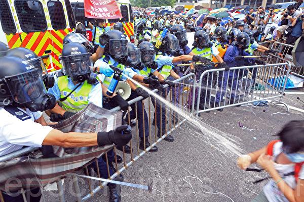 2014年9月28日,香港,警方以胡椒噴霧噴灑抗議民眾。(余綱/大紀元)
