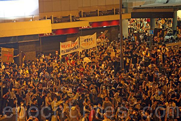 2014年9月28日,香港公民進行「和平佔中」活動仍在繼續,下午聚集在香港政府總部(政總)前聚民大批民眾。(潘在殊/大紀元)