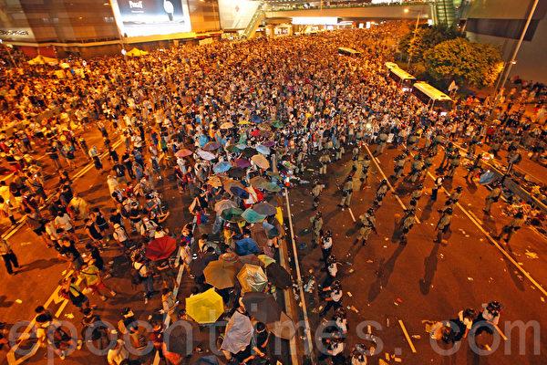 2014年9月28日,香港公民進行「和平佔中」活動仍在繼續,下午聚集在香港政府總部(政總)前,並爆發警民衝突。(潘在殊/大紀元)