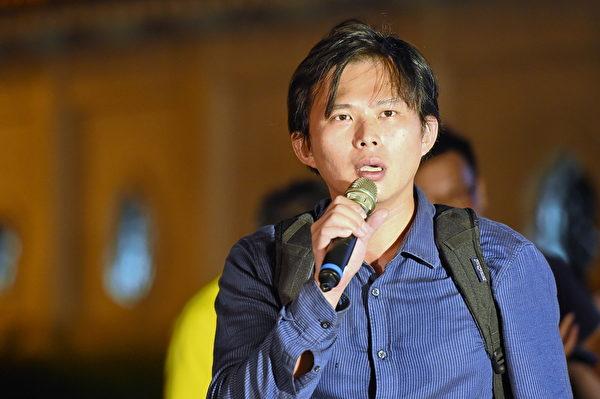 中研院法研所副研究員黃國昌在現場聲援香港。(孫湘詒/大紀元)