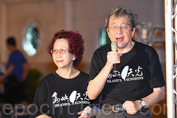 林保華、楊月清夫婦在現場聲援香港。(孫湘詒/大紀元)