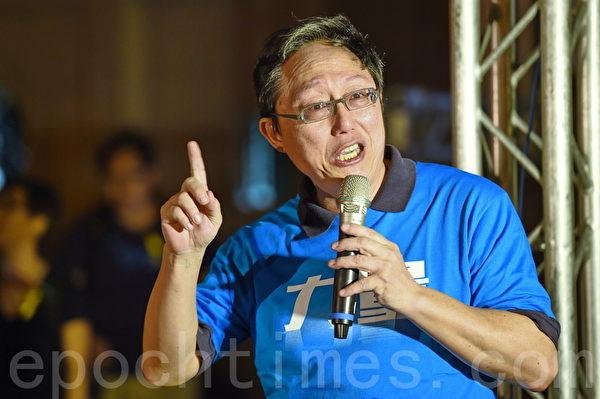 柯文哲競選總幹事姚立民教授在現場聲援香港。(孫湘詒/大紀元)
