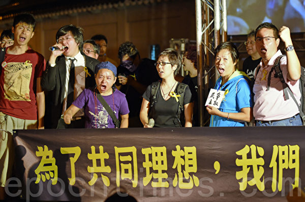 香港公會、學聯代表及職工會聯盟等團體 在現場懇請台灣民眾支持香港。(孫湘詒/大紀元)