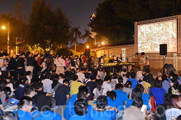 現場大批民眾聚集表示聲援香港。(孫湘詒/大紀元)