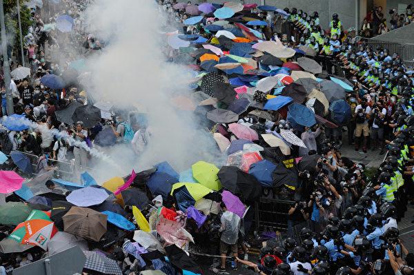 2014年9月28日,香港警方一再恐嚇要升級武力,以及多次施放催淚彈、胡椒噴霧,驅趕示威者。(文翰林/大紀元)