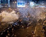 2014年9月28日,香港政府總部附近,警察施放催淚瓦斯驅散進行民主示威活動的人群。(Anthony Kwan/Getty Images)