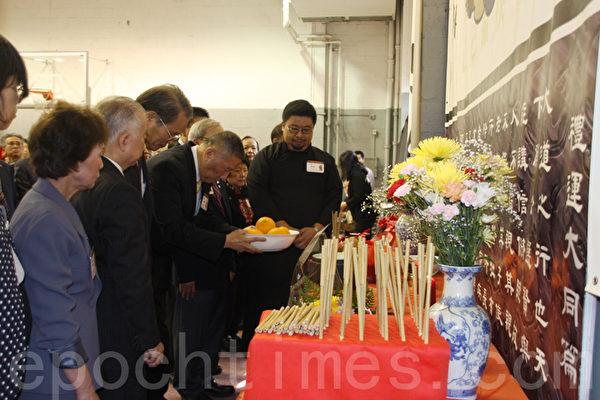 在庄严肃穆的典礼程式中,正献官伍锐贤领众人虔诚恭敬的站在大成至圣先师孔子的像前祭祀。(蔡溶/大纪元)