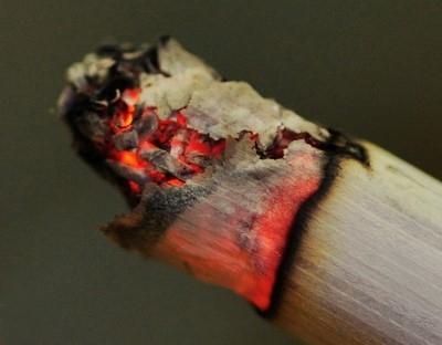 燃着的烟头,体积虽小,但它却仍是一个燃烧着的物体、是明火,所以温度很高。据测定,烟头表面温度在200℃~300℃,中心温度高达700℃~800℃,而一般可燃物质的燃点都在这个温度以下。(网络图片)