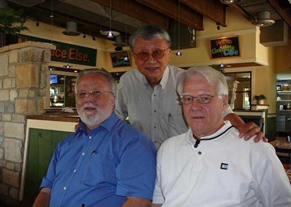 圖:2012年6月與當年衛護過我的老友重逢。左邊是郎諾‧迦納﹝Ronald Garner﹞,右邊是邁克‧隆德﹝Michael Round﹞,三人都是白髮一族了。(作者提供)