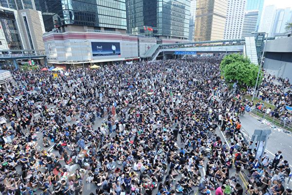 """和平占中运动踏入第二天,香港政府总部一带的金钟有继续有大批市民集会,高呼""""梁振英下台""""、""""争取民主、永不放弃""""等口号,强调会坚守至政府回应诉求。(孙青天/大纪元)"""