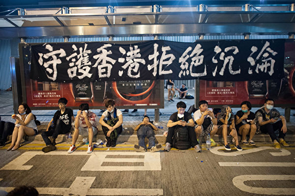 2014年9月29日,香港抗議民眾在幹諾道以布條表達訴求。(Anthony Kwan/Getty Images)