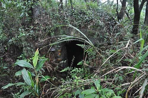 步道旁有廢棄的軍事碉堡。(圖片提供:Tony)