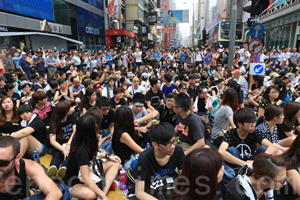 下午3点,人数超过2,000名市民占领旺角弥敦道与亚皆老街交界。(余钢/大纪元)