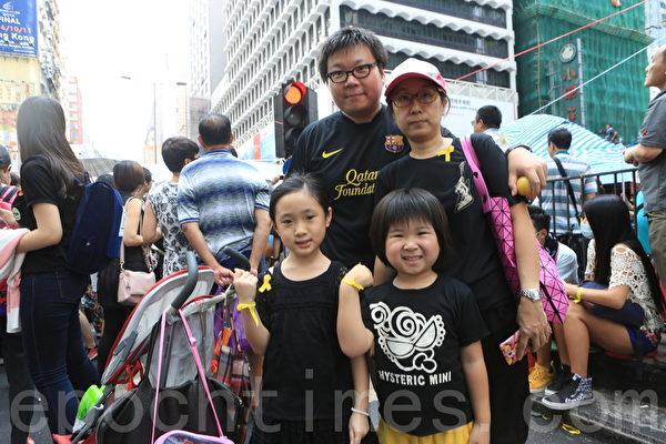 2014年9月29日,香港有家长带小朋友来,实地进行公民教育。(余钢/大纪元)