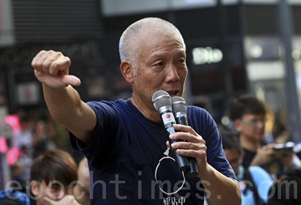 2014年9月29日,香港铜锣湾现场,朱耀明牧师到场打气,并高叫梁振英下台。(余钢/大纪元)