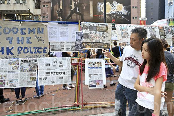 香港銅鑼灣崇光百貨對開處,一直是親共青關會干擾法輪功真相點,擺放中共橫幅的位置,現在被學生徵用,掛上了整版大紀元時報供市民閱讀。(余鋼/大紀元)