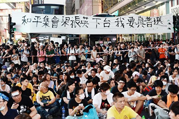 在旺角,29日晚有数万人集会,弥敦道人潮由太子一直向南延至油麻地,连多条横街均已挤满市民。(宋祥龙/大纪元)