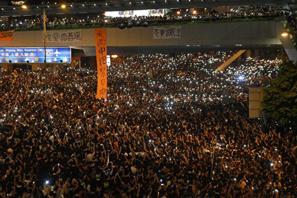 9月29日入夜,香港市民仍坚守在各集会场地,以和平理性的方式提出要一直在前台激化香港事态发展的特首梁振英下台。(宋祥龙/大纪元)