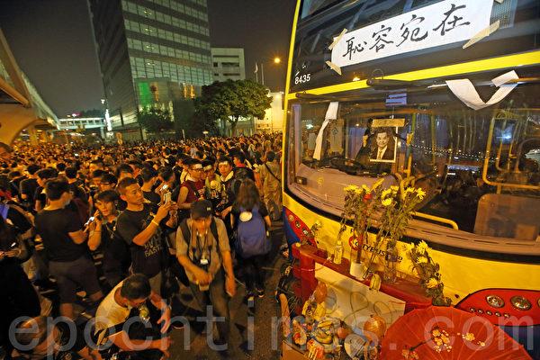 香港占中进入第二日,在政府总部外以及铜锣湾、湾仔和旺角等闹市区,至少10多万学生和市民,响应学联和职工盟号等团体发起的罢课和罢工的号召,举行抗议集会,要求特首梁振英下台,誓争真正的普选。(潘在殊/大纪元)