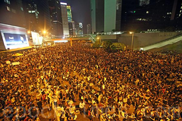 香港佔中進入第二日,在政府總部外以及銅鑼灣、灣仔和旺角等鬧市區,至少10多萬學生和市民,響應學聯和職工盟號等團體發起的罷課和罷工的號召,舉行抗議集會,要求特首梁振英下台,誓爭真正的普選。(潘在殊/大紀元)