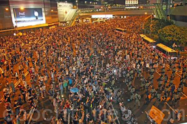 2014年9月29日晚間,包括金鐘、中環、灣仔、銅鑼灣和旺角,5處鬧區聚集爆滿群眾並揮舞手機。(潘在殊/大紀元)