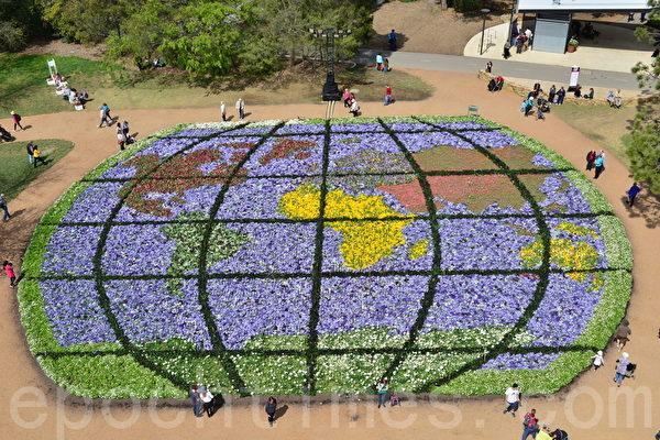 各种花卉组成的地球—游客从远方来(简玬/大纪元)