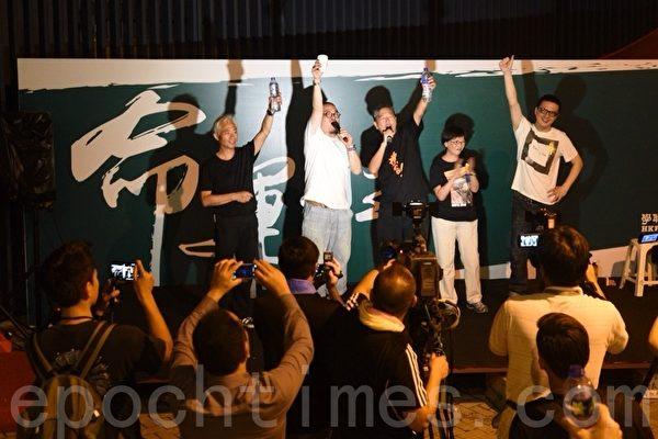 9月30日晚上香港金鐘的「太陽傘運動」集會現場,立法會議員在講台上發言。(文翰林/大紀元)