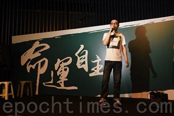 香港歌手黃耀明9月30日晚到金鐘集會現場聲援學生。(文翰林/大紀元)