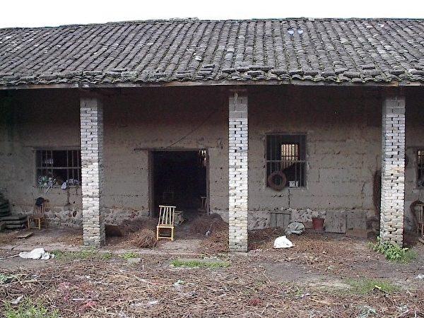 图:百年前的武所乡学堂。我父亲百多年前上过的私塾,民国建立后改称为小学,我2002年返乡祭祖时,见其已成为一个简陋的竹椅工厂,前置竹椅就是待售成品。据乡亲告知,此建筑物几乎一砖一瓦都还是百多年前的原样。(作者提供)