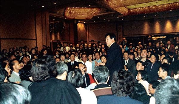 1999年紐約法會後,李洪志師父和學員們在一起。(明慧網)