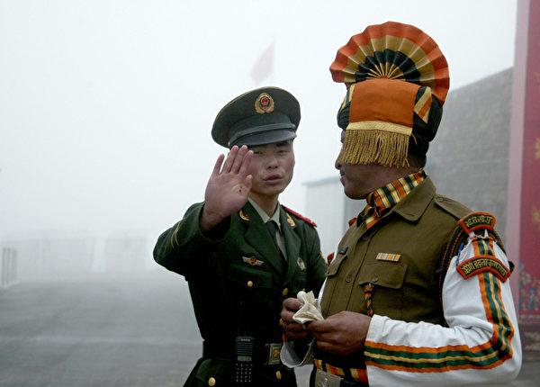 9月18日,就在印度总理莫迪款待习近平的宴会开始前一小时,1,000名中共士兵在引起争议的北部拉达克(Ladakh)地区进入了印度境内约5公里的地方。图为,中印边境。(DIPTENDU DUTTA/AFP/Getty Images)