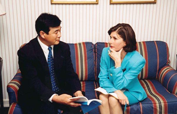 李洪志先生接受美國哥倫比亞廣播公司記者採訪時,介紹法輪功。(大紀元)