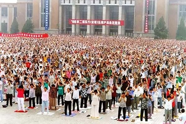 法輪功是由李洪志先生於1992年5月13日從中國吉林長春公開傳出,以「人傳人、心傳心」的形式在全中國迅速傳播開來。因其祛病健身功效和提高道德水平的神奇力量,法輪功獲得當時很多中國政府與民間組織的褒獎與媒體宣傳。到1998年底,學煉法輪功的大陸群眾已達到一億人。(明慧網)